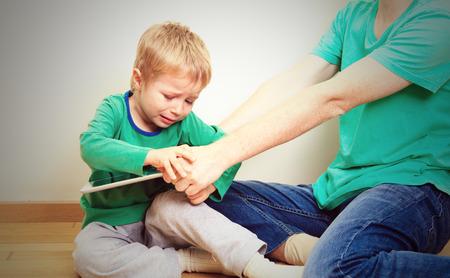 Computersucht, Mutter Abschluss Touchpad von Kind Standard-Bild - 44288252