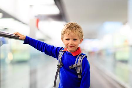 ni�o con mochila: ni�o feliz viaje en el aeropuerto o estaci�n de tren, viajan ni�os