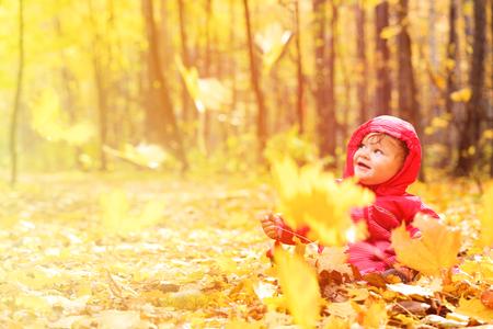 ni�os jugando: feliz ni�a linda en hojas de la ca�da del oto�o