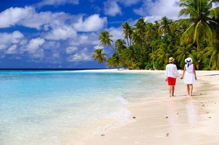 여름 열 대 해변에서 행복한 부부 사랑 산책