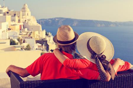 산토리니, 그리스에서 휴가에 행복 한 젊은 커플