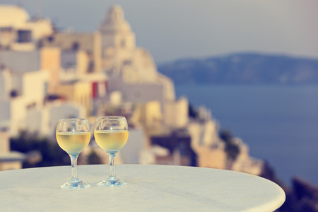 日没のサントリーニ島、ギリシャの 2 つのワイングラス