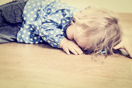 bebes niñas: niño que llora, el concepto de la depresión y la tristeza Foto de archivo