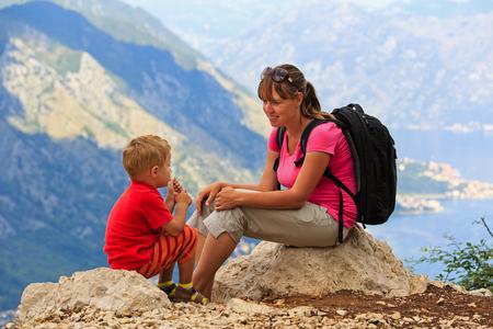 mamá hijo: madre y el hijo que tienen resto en vacaciones en las montañas
