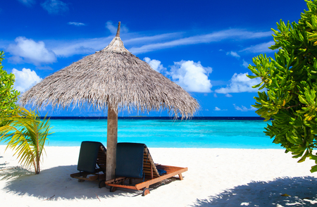 Strandstoelen op het tropische zandstrand