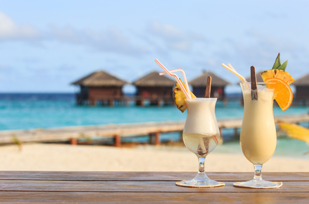 Two cocktails on  luxury tropical beach resort Imagens