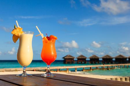 럭셔리 열대 해변 휴양지에서 두 개의 칵테일 스톡 콘텐츠