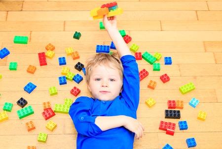 enfant qui joue: enfant jouant avec des blocs de plastique color�s int�rieure, l'apprentissage pr�coce