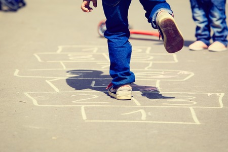 Kinder spielen Himmel und Hölle auf Spielplatz im Freien, Kinder Outdoor-Aktivitäten Standard-Bild - 45613920