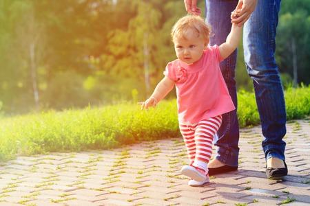 eerste stappen van meisje met moeder natuur, kinderen leren