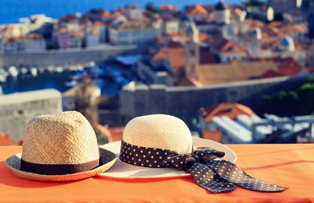 twee hoeden op vakantie in Europa, luxe vakantie concept Stockfoto