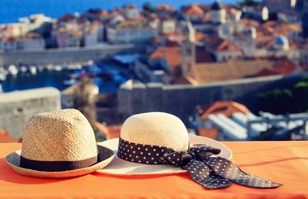Zwei Hüte auf Urlaub in Europa, Luxus Urlaub Konzept Standard-Bild - 45613763