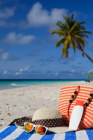 chapeau de paille: chapeau, sac, lunettes de soleil et cr�me solaire sur la plage tropicale