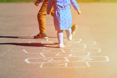 junge nackte frau: Kinder spielen Himmel und H�lle auf Spielplatz im Freien, Kinder Outdoor-Aktivit�ten Lizenzfreie Bilder