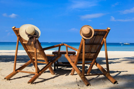 strandstoel: hats on beach chairs of tropical sand beach in Boracay, Philippines Stockfoto