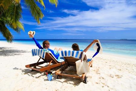pareja feliz relajarse en una playa tropical de la arena