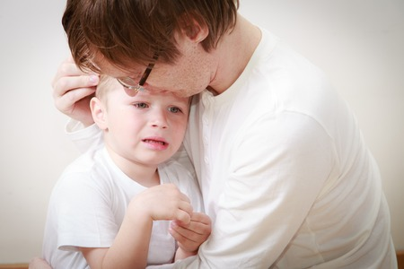 vader troost haar huilen zoontje - ouderschap begrip