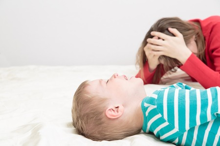 child is crying whild mother is tired, difficult parenting