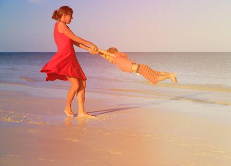 madre e hijo: madre e hijo jugando en la playa del verano tropical Foto de archivo