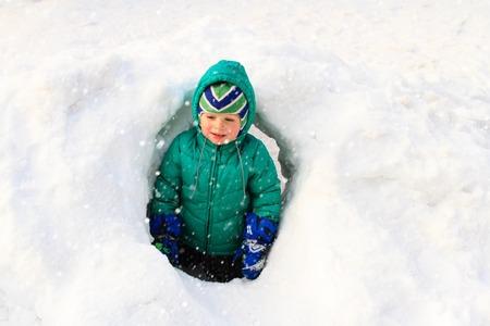 jungle boy: Little boy having fun in winter snow, kids winter fun