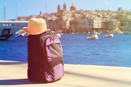 sombrero y mochila de vacaciones en Malta, viajes de europa