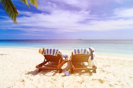 strandstoel: Twee strand stoelen op het tropische zandstrand