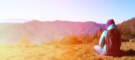 mochila de viaje: mujer joven con mochila de viaje en las montañas, panorama