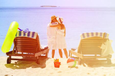 parejas romanticas: Pareja de enamorados bes�ndose en la playa tropical del verano