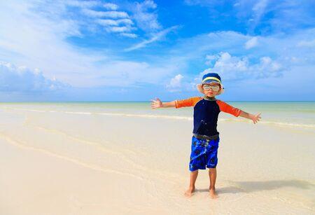niños nadando: niño jugando con el agua en la playa del verano