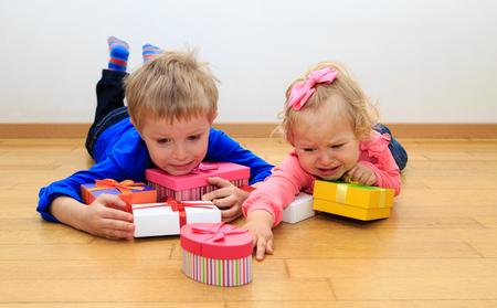hermano y hermana pequeña rivalidad concepto, clasificación presentes