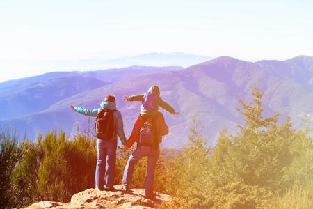 Familie met een klein kind wandelen in bergen, familiereizen Stockfoto