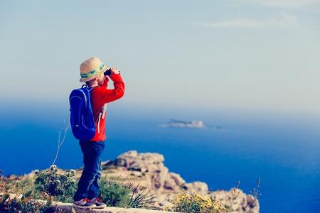 산속에 하이킹을하는 쌍안경이있는 어린 소년 여행 스톡 콘텐츠