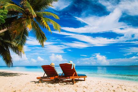 Dwa krzesła na tropikalnej plaży