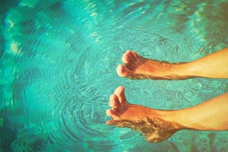 Kleiner Jungenfuß am Pool - Strandurlaub Standard-Bild - 74357040