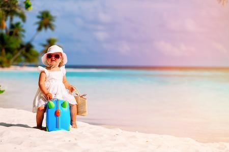 cute little girl travel on summer beach 스톡 콘텐츠