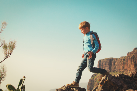 little boy with backpack travel hiking in mountains Imagens