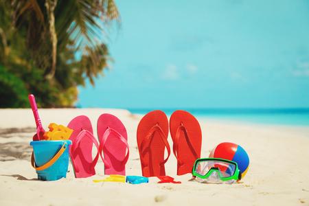 해변에서 컬러 슬리퍼, 장난감 및 다이빙 마스크