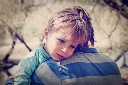 悲しい泣く息子がハグ父親 写真素材