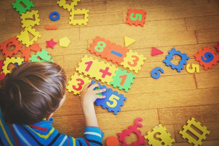 Kleine jongen spelen met puzzel, onderwijs concept Stockfoto