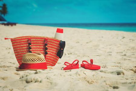 ビーチのバッグ、suncream、メガネ、ビーチ サンダル