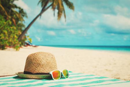 帽子とサングラスの熱帯の休暇 写真素材 - 80936558