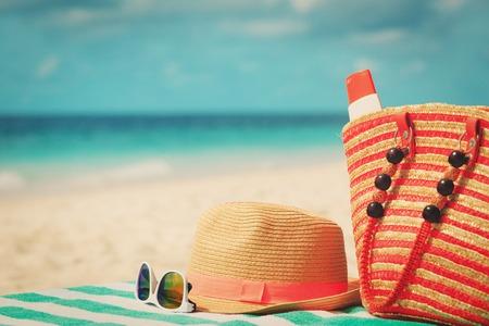 帽子、サングラス、ビーチに suncream 付きバッグ
