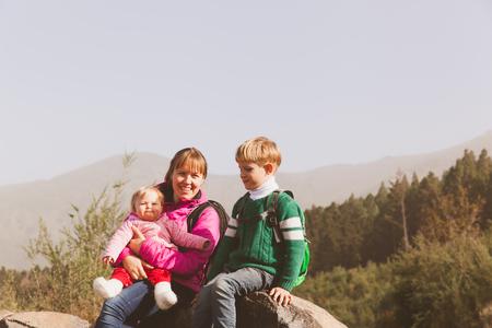 山でのハイキング 2 人の子供を持つ母 写真素材