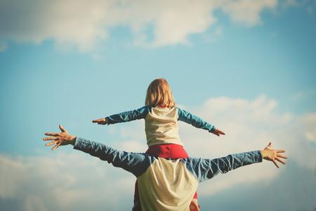 Vater und kleine Tochter spielen am Himmel Standard-Bild - 80919125