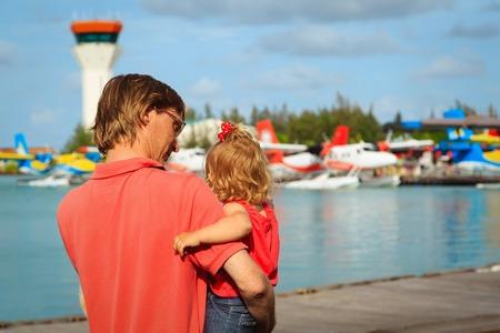 vader en dochtertje wachten op watervliegtuig