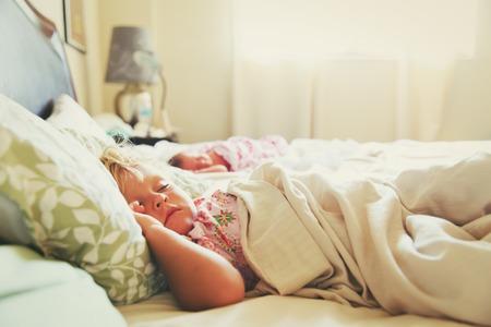 Niños durmiendo en el dormitorio en casa Foto de archivo - 81494318