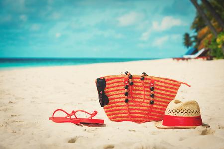 ビーチのバッグ、帽子、ビーチ サンダル 写真素材 - 81935095
