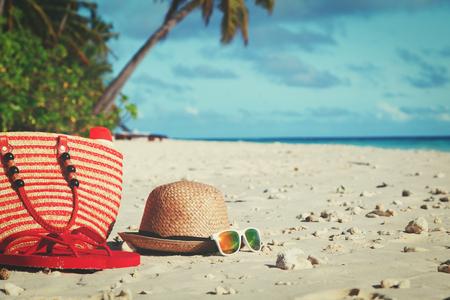 帽子、サングラス、ビーチに suncream 付きバッグ 写真素材 - 81934643