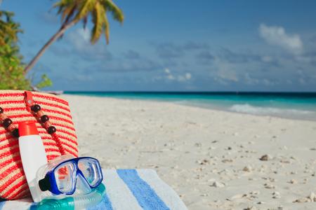バッグ、ダイビング マスク、ビーチに suncream 写真素材 - 81934644