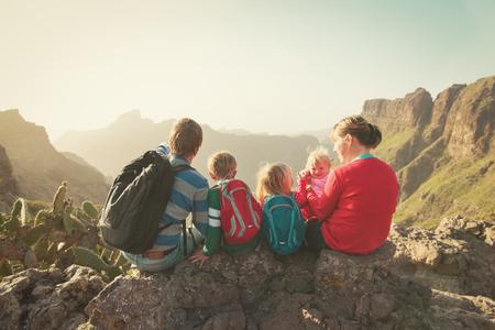 山でのハイキング、3 人の子供連れのご家族